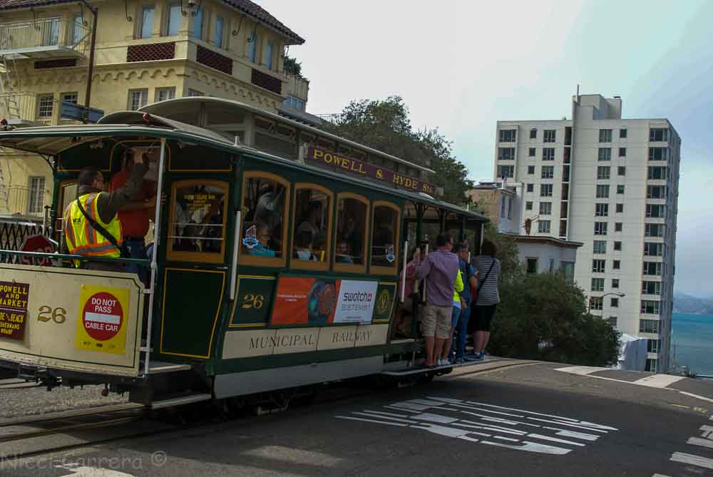 Hyde Street cable car at Lombard Street